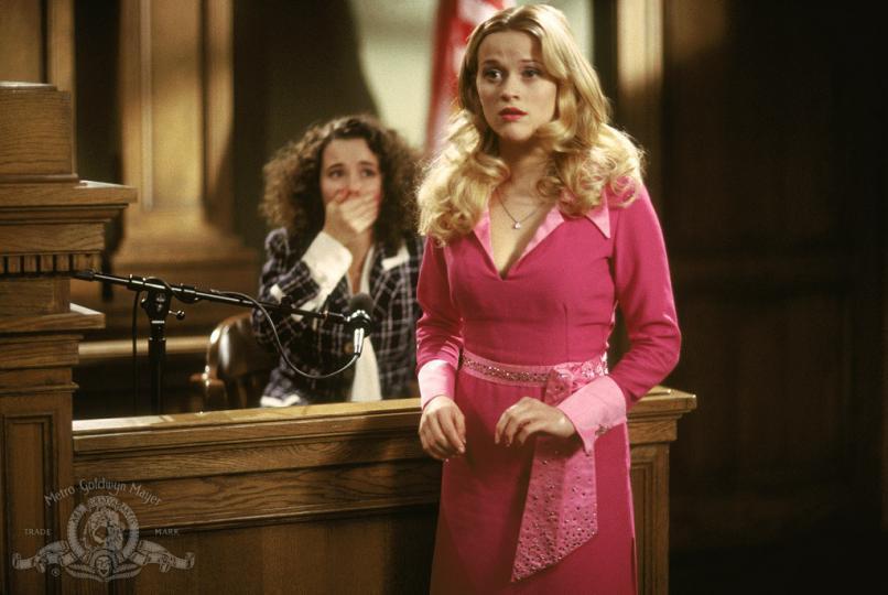 <p><strong>Голди Хоун я вдъхновила за участието в &bdquo;Професия блондинка&ldquo;</strong></p>  <p>Рийз гледала нейното изпълнение на изненадващо умната богаташка в &bdquo;Редник Бенджамин&ldquo; (1980), а в телевизионната пауза активистката Глория Стайнъм обяснявала колко важна била тази роля за жените по онова време. Самата Рийз казва: &bdquo;Помислих си, че е страхотен начина, по който Голди балансираше женствеността с успеха и амбицията, като нито едно от тях не се отразяваше зле на другото.&ldquo;</p>  <p>Уидърспуун признава, че е имало хора, които се чудили защо ѝ е да участва в такъв &bdquo;напудрен&ldquo; филм, който не е в стила ѝ. На тях им обяснила следното: &bdquo;Мисля, че това е страхотно послание за младите жени. Можеш да си позволяваш лекомислия, да обичаш дрехи и други момичешки неща, но също да мечтаеш за успех и да вършиш работата си.&ldquo;</p>