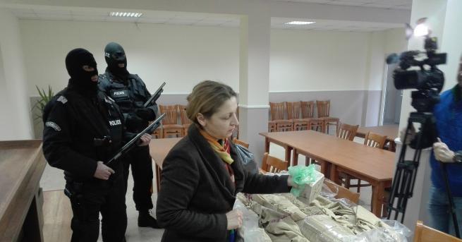 Задържаха хероин, арестуваха седем души в Хасково и Благоевград Полицаи