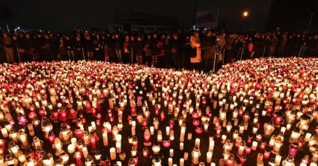 Десетки хиляди поляци участваха в траурната церемония и се простиха