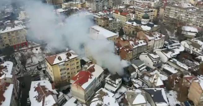 Пламъци обхванаха три къщи в центъра на Габрово. Пожарът възникнал