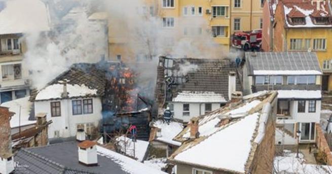 Часове след потушаването на големия пожар в Шести участък в