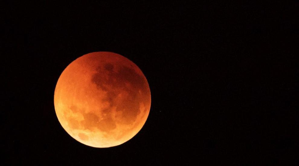 Частично лунно затъмнение навръх 50-годишнината от изстрелването на...