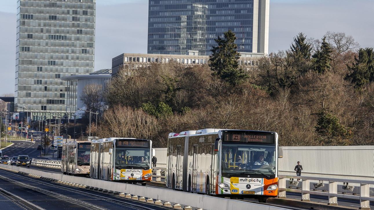 """Бумът на икономиката и високата концентрация на работни места са довели до проблеми със задръстванията. През 2016 г. в Люксембург е имало 662 автомобила на 1000 души, а шофирането е """"основно средство за придвижване"""" на пътуващите, според доклад от 2017 г. на Министерството на устойчивото развитие и инфраструктурата. През същата година шофьорите в Люксембург са прекарали средно 33 часа в задръствания."""