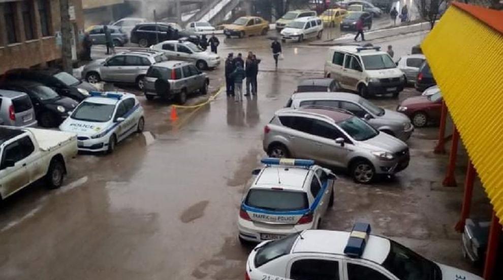Полицай издъхна зад волана, колата му се спря в паркирани коли (СНИМКИ)