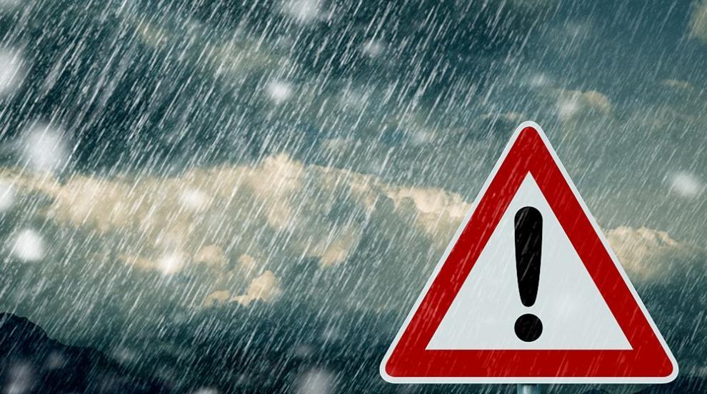 Опасно време в страната: Поройни дъждове и сняг - къде ще вали най-много