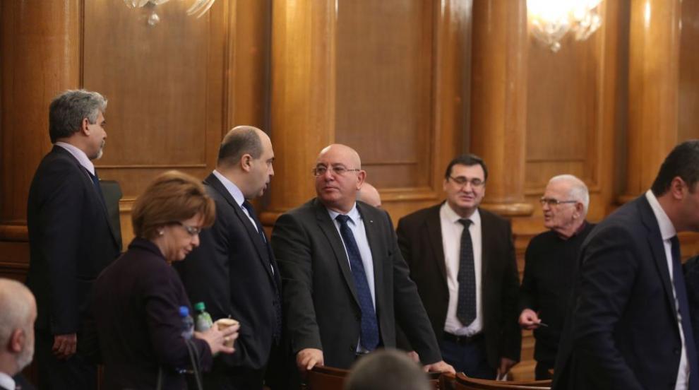 Парламентът отложи с шест месеца влизането в сила на Закона за горивата
