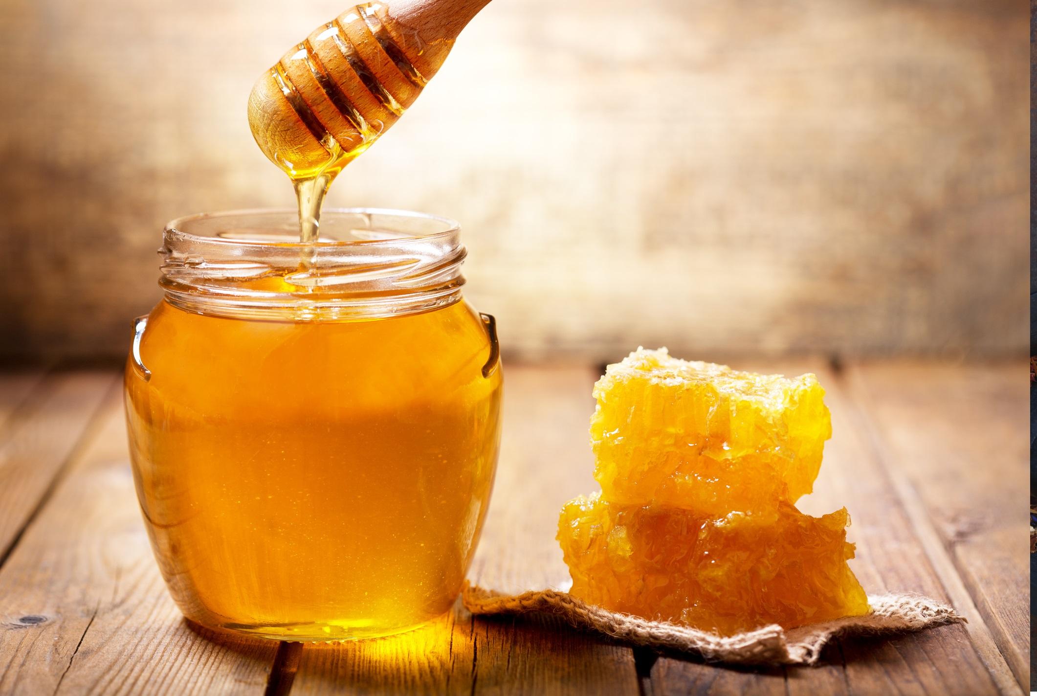 <p><strong>Пчелен мед</strong></p>  <p>Не е тайна, че масовият и мистериозен спад на пчелите през последните години застраши съществуването на глобалните ни доставчици на храни. Докато пчелите опрашват плодовете, зеленчуците и ядките, тяхното изчезване също означава вероятна загуба на един от любимите ни подсладители. Гибелта на пчелните семейства е широко свързана с употребата на пестициди и изменението на климата.</p>