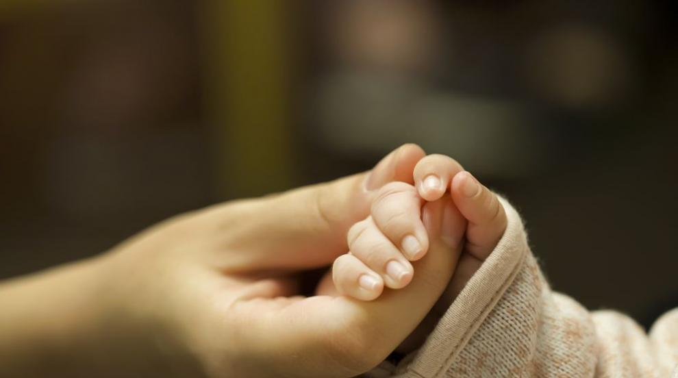 След 2 месеца раздяла: Връщат бебе на майка му, отнето от социалните