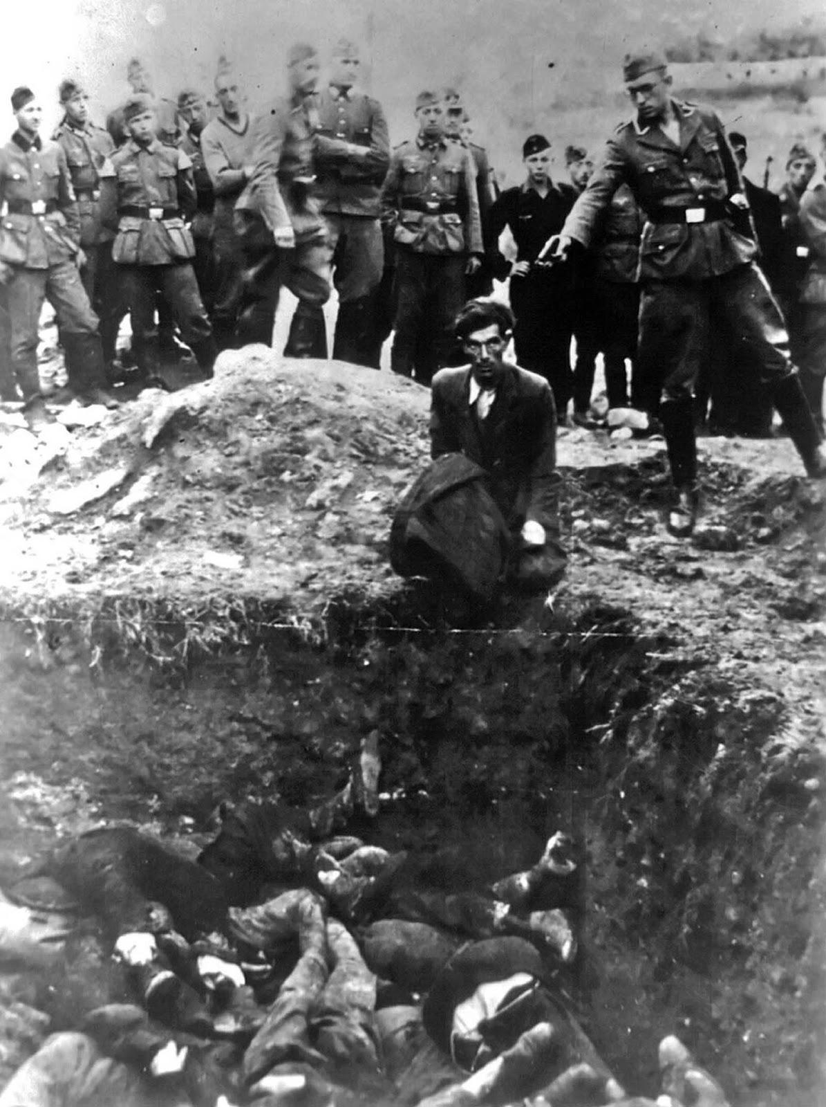 """""""Последният евреин във Виница"""", някъде между 1941 и 1943 г. Германски военен застрелва украински евреин над масов гроб."""