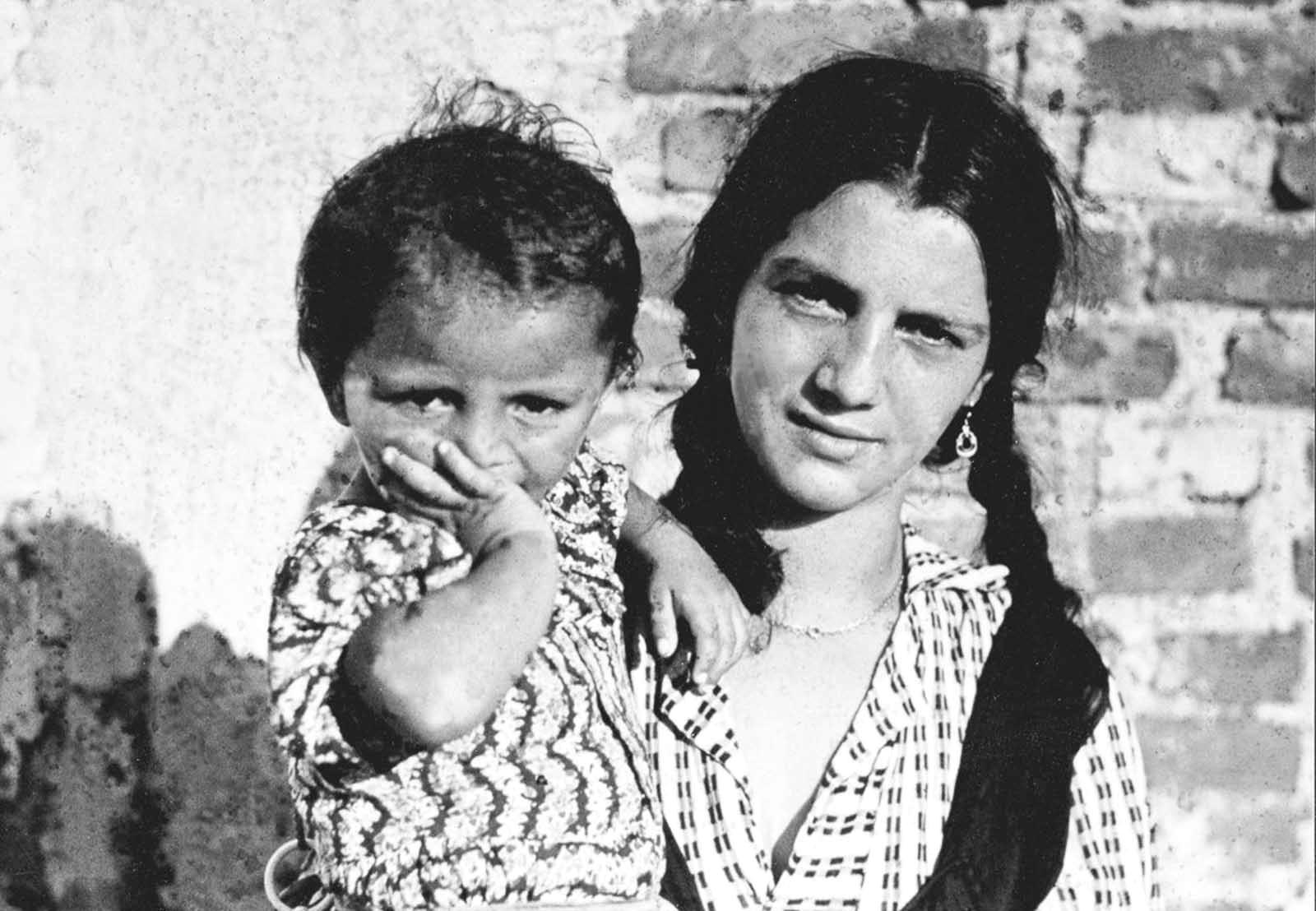 """Според постановлението всички цигани, включително и хората над 6-годишна възраст, които """"се скитат насам-натам като цигани"""" трябва да бъдат регистрирани. Според историците по време на нацисткия режим са убити около 25 процента от европейските роми – приблизително 220000 души. Прочетете цялата исторя тук: <a href=""""https://www.vesti.bg/lyubopitno/istoriata-pomni/deportiraneto-na-romite-v-nacistka-germaniia-6083982"""">Депортирането на ромите в нацистка Германия</a>"""