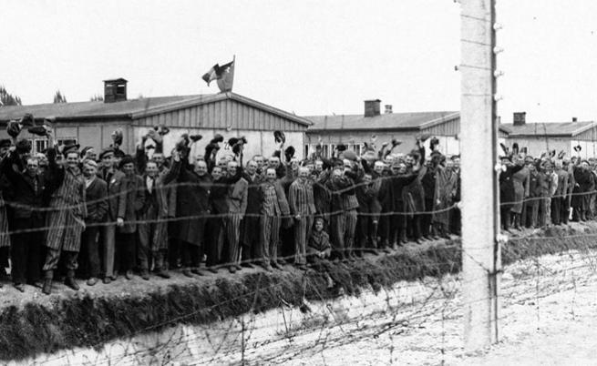 Радоста в очите на затворниците от лагера Дахау, когато чуват и виждат американските военни.