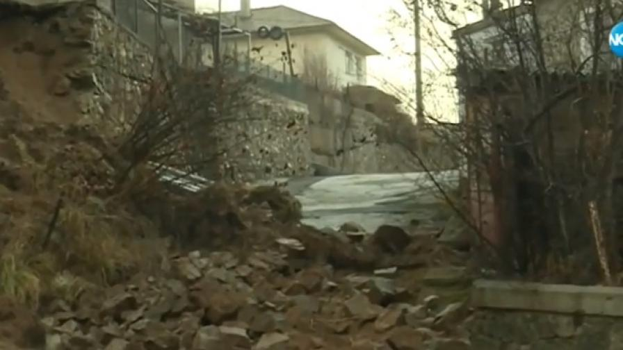 Бедственото положение остава, къщи заляти от кал