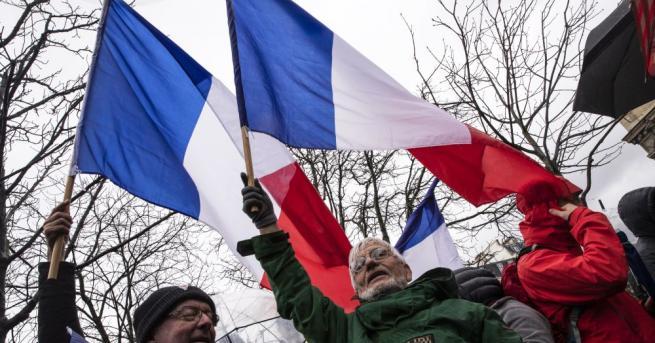 Френските депутати приеха втората част на спорната пенсионна реформа, която