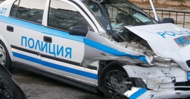 Снимка: След опасен екшън, млад шофьор се заби в полицейска патрулка