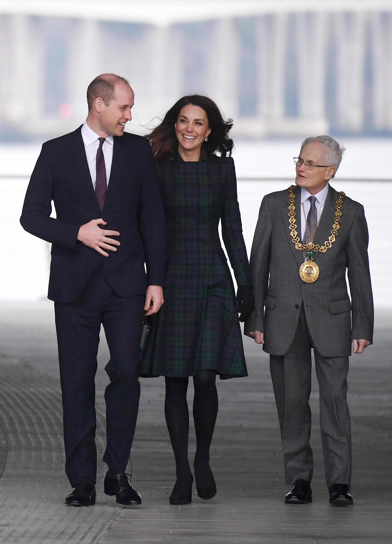 """Кралската двойка принц Уилям и съпругата му Кейт привлякоха тълпи от фенове напук на ледения студ по време на откриване на филиал на музея """"Виктория и Албърт"""" в шотландския град Дънди."""
