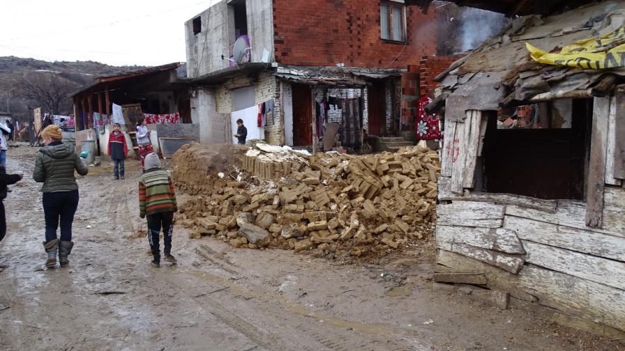 Стена от срутила се къща падна върху дете