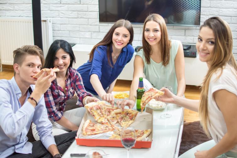 Не яжте пред телевизора. Според учените това ви увлича и хапвате повече. Рискът от допълнително автоматично се увеличава.