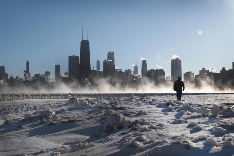 Поне 12 са жертвите на арктичния студ, който застигна територията на САЩ в последните дни. В някои части на страната температурите паднаха под минус 40 и са по-ниски от тези на Антарктида в момента.