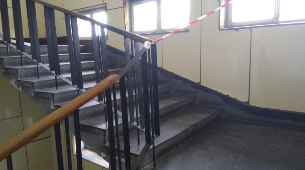 Падналото от 3-ия етаж дете се провряло през парапета