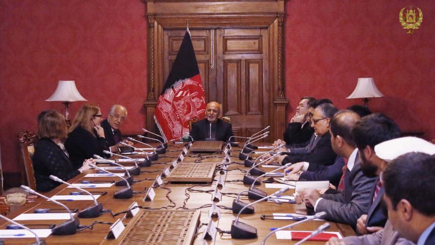 Специалният пратеник на САЩ за Афганистан Залмай Халилзад информира президента на Афганистан Ашраф Гани за хода на преговорите с талибаните
