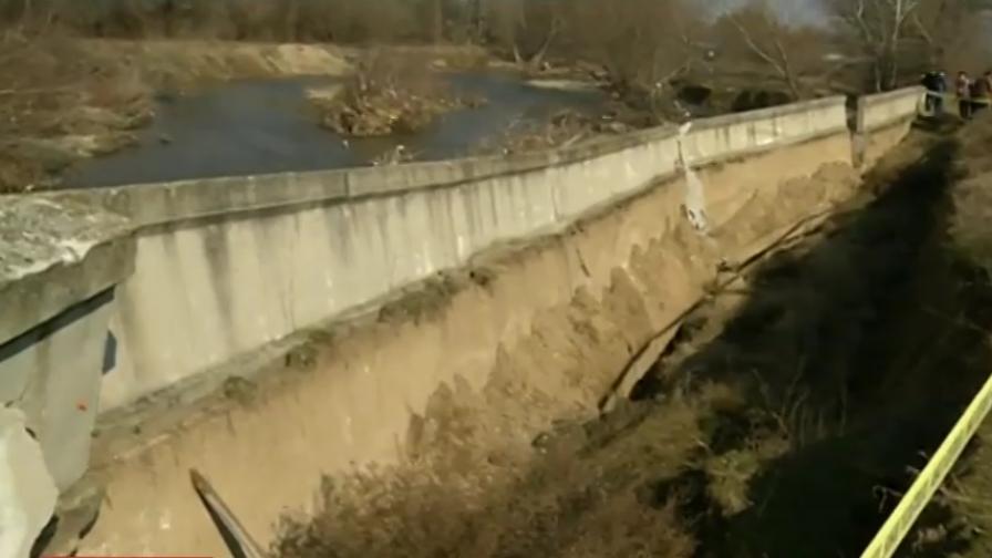 <p>Бедствие - река Чая погълна още един земен насип</p>