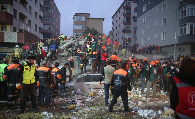 Спасиха момиченце на 5 г. от руините в Истанбул