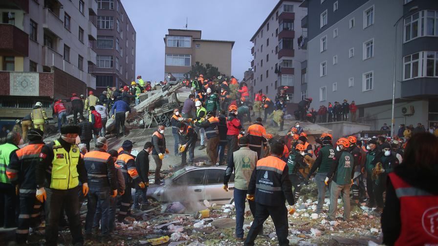 <p>Спасиха момиченце на 5 г. от руините в Истанбул</p>