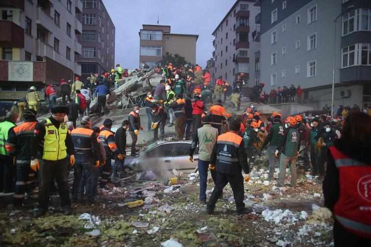 Над 20 души може да се намират под развалините на рухналия блок, предаде ТАСС, позовавайки се на турския канал НТВ