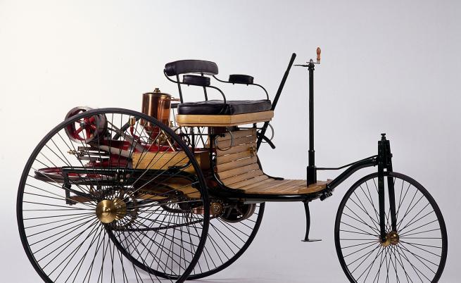 """Реплика на първото """"патентовано моторно превозно средство"""" на Карл Бенц"""