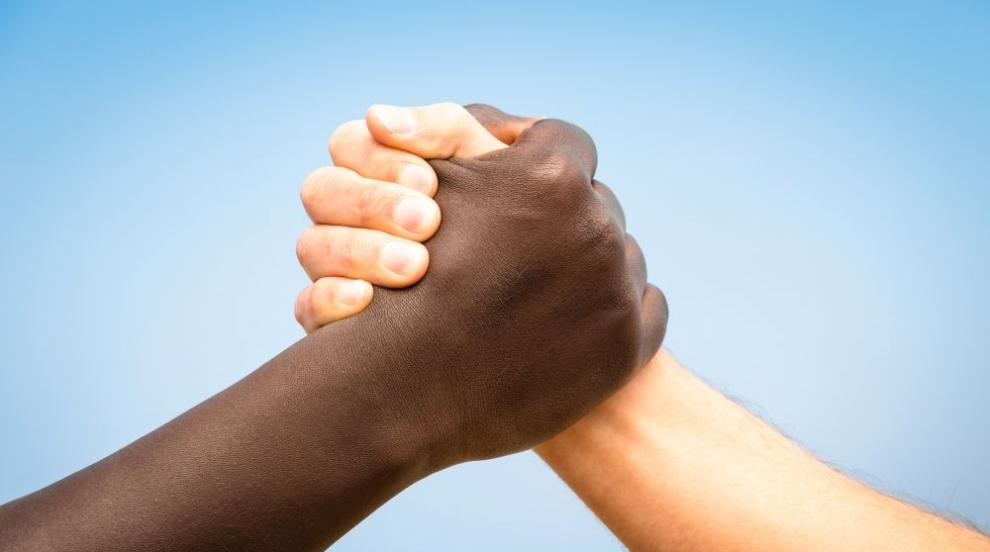 """""""Адидас"""" изтегля от пазара бели маратонки заради обвинения в расизъм"""