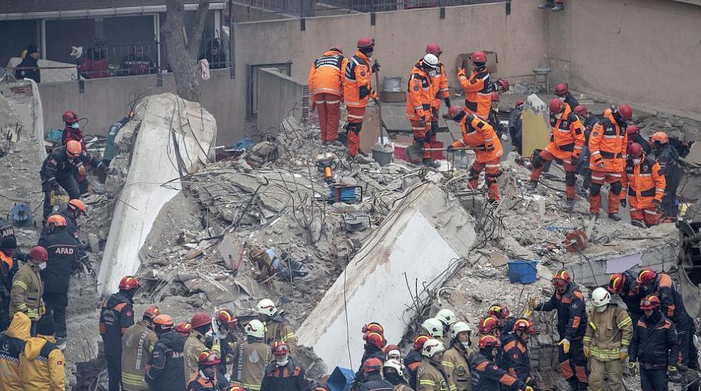 Расте броят на жертвите след срутването на жилищен блок в Истанбул (СНИМКИ)