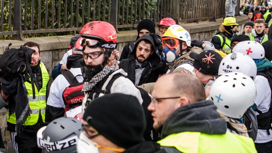 <p>Париж разследва <strong>инцидент с откъснати пръсти</strong> на демонстрант</p>