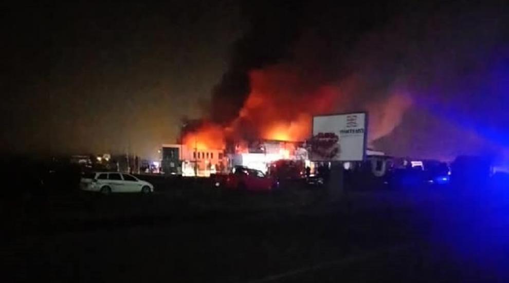 Огнената стихия във Войводиново е локализирана, пожарникарите остават там цяла нощ (СНИМКИ)