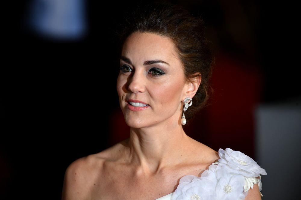 Херцогиня Катрин бе избрала великолепна бяла рокля и красиви обеци на принцеса Даяна