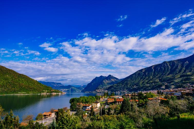 Монте Изола е езерно градче, разположено в северния италиански регион Ломбардия. Подходящо за любители на планините, риболова и чистия въздух.