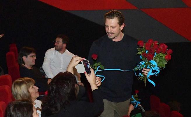 Калин Врачански омайва дамите с рози и опасен чар