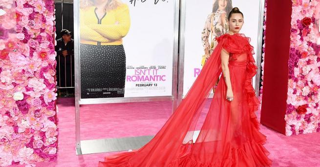 """Снимка: Майли Сайръс замести Лиъм Хемсуърт на премиерата на """"Не е ли романтично"""" в Ел Ей"""