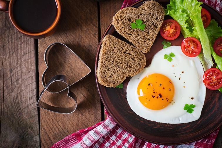 Винаги е от голямо значение с какво ще започне денят ви, особено когато е Свети Валентин. Бърз и лесен вариант за закуска, която да сервирате на любимия в леглото. Яйца на очи във формата на сърце, допълнени с пълнозърнест хляб и пресни зеленчуци. Добавете и изцеден сок от цитруси за допълнителна свежест.
