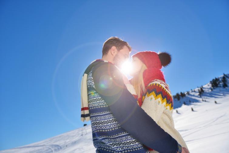 В Румъния влюбените обединяват празника на любовта с началото на пролетта и празнуват на 24 февруари Dragobete. Там е прието да излезете сред природата и да измиете лицето си в снега, за да сте здрави и щастливи.
