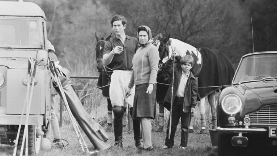 Принц Едуард с майка си кралица Елизабет II и най-големия си брат принц Чарлз