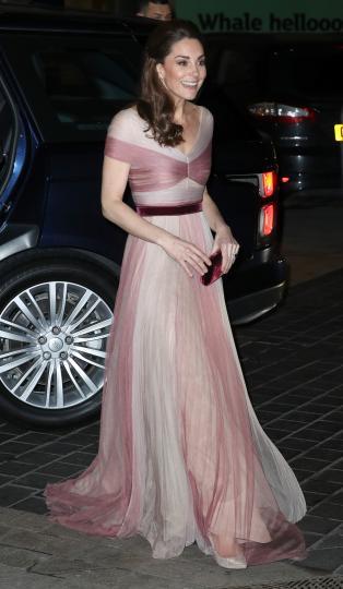<p><strong>Телец:</strong></p>  <p>Те са величествени, женствени, феерични... Точно като херцогиня Кейт в прекрасните си рокли, когато е на събитие или прием. Усмихват се, но загадъчно, защото един истински Телец никога не издава всички свои мисли.</p>