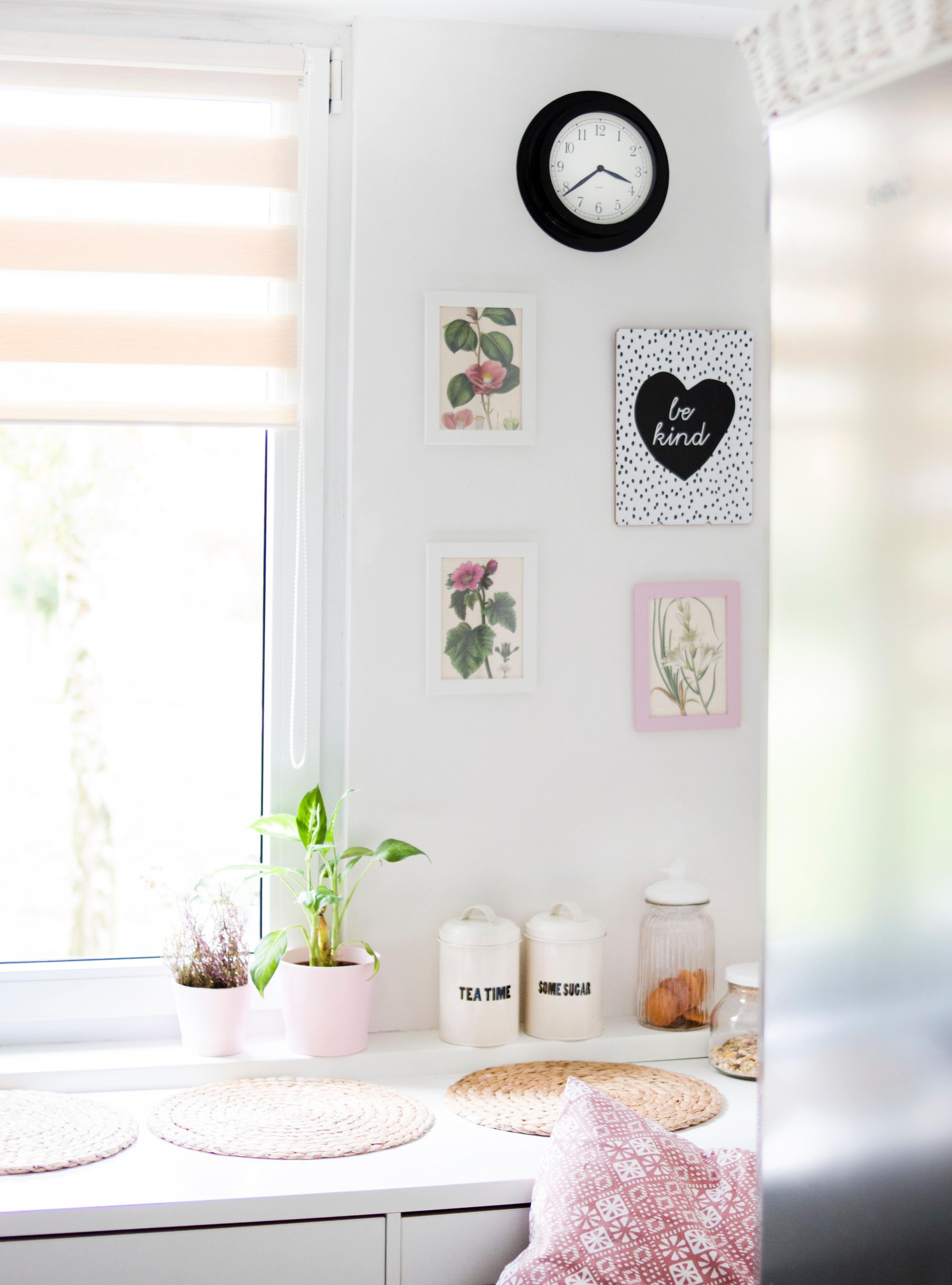 Пребоядисайте стените или сложете нови тапети.