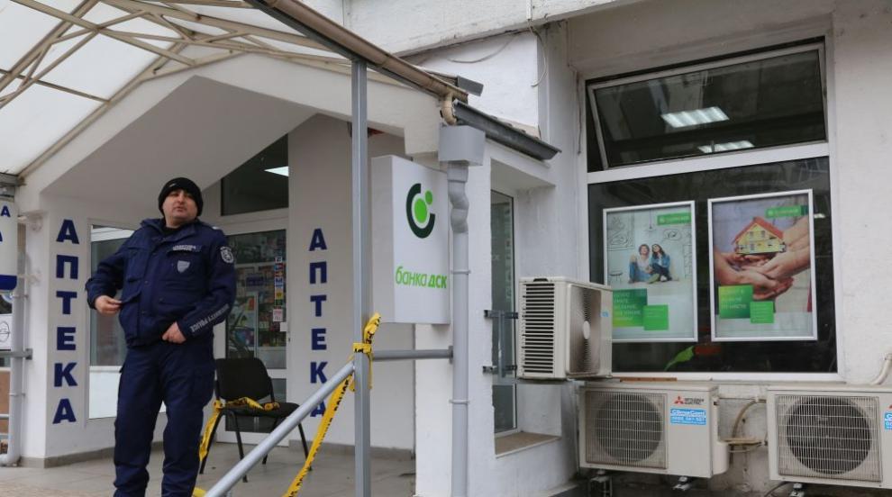 Въоръжен мъж открадна около 12 000 лева от банков клон в София
