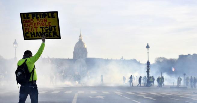 Френската полиция използва сълзотворен газ, за да разпръсне протестиращи, които