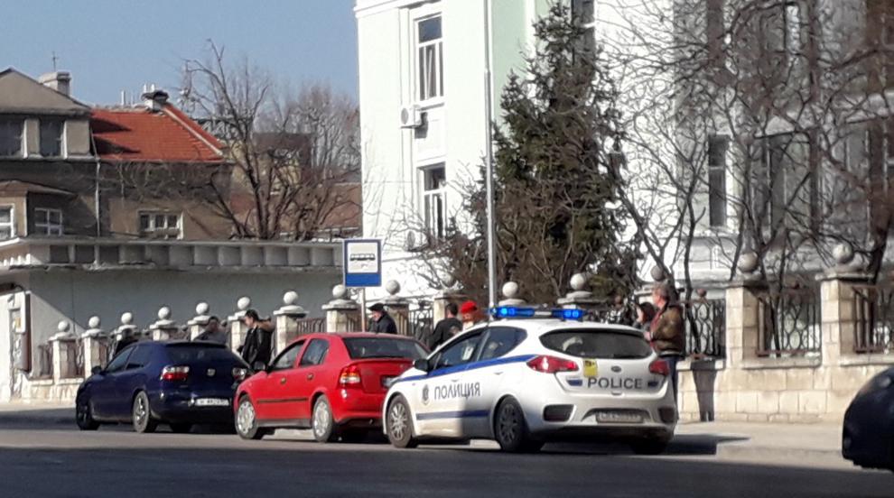 Полицейски автомобил попадна във верижна катастрофа заради пешеходец...