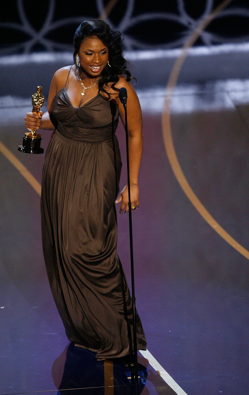 """Дженифър Хъдсън печели """"Оскар"""" за поддържаща роля в """"Мечтателки""""."""