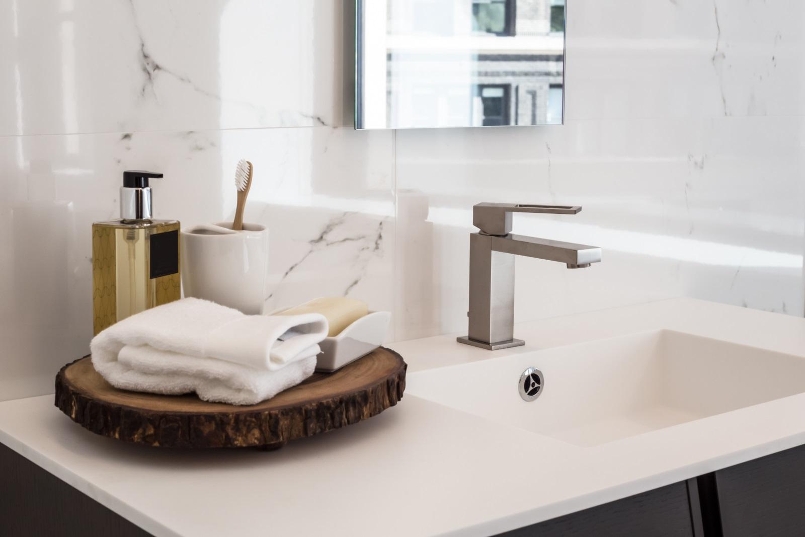 Мивката в банята: Сапунът и кърпата за ръце са задължителни елементи, които освен че допълват интериора, са показателни за хигиенните навици.