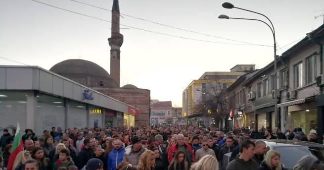 Снимка: Голямо множество кюстендилци поискаха законност на мълчаливо шествие в памет на убития Валери Дъбов