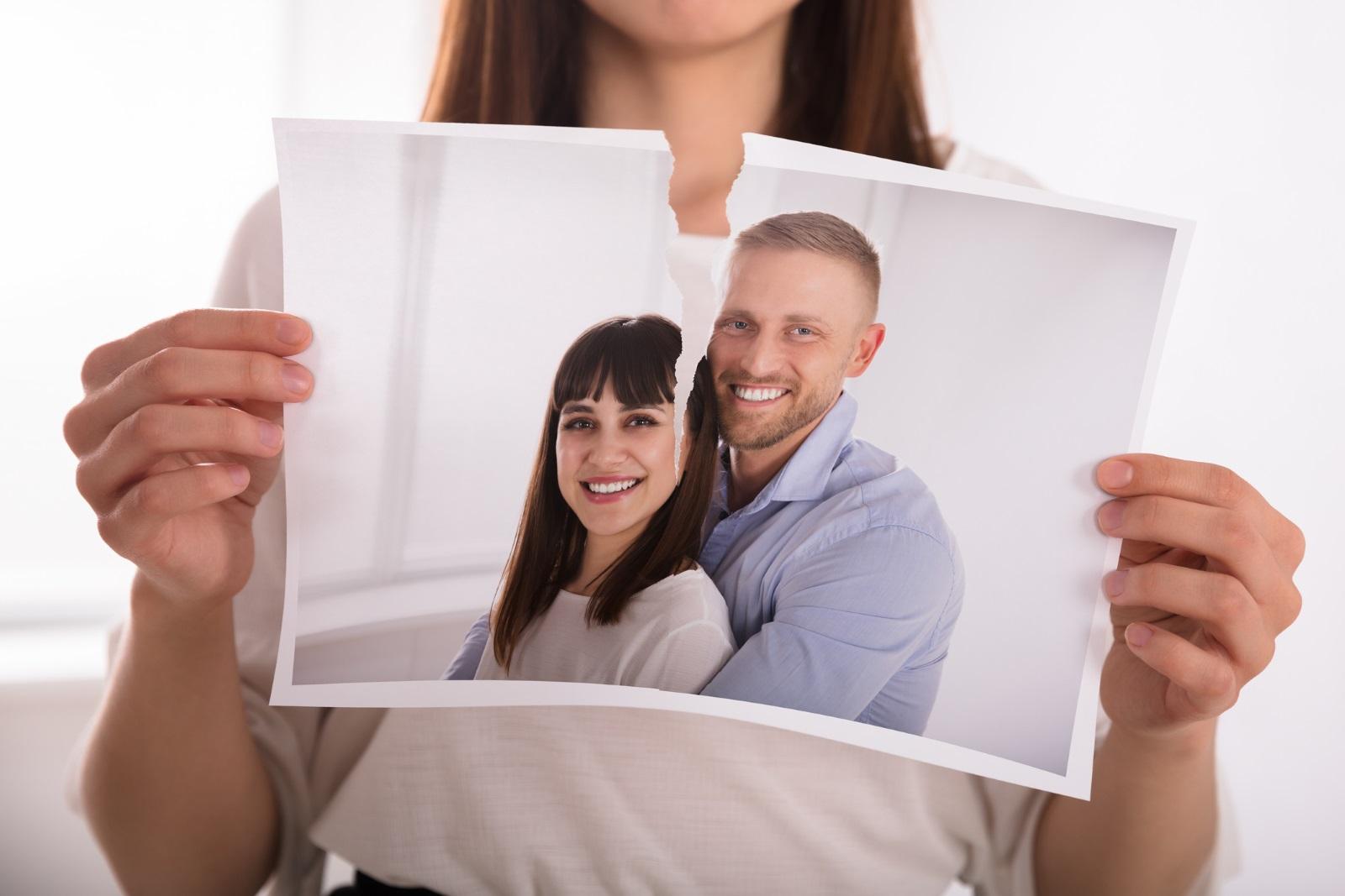 Овен: Могат да бъдат доста ревниви. Наблюдават бившите си в социалните мрежи или черпят информация за тях от общи приятели. Когато забележат, че бившата им половинка е щастлива или е намерила нова любов, стават завистливи и така вредят и на самите себе си.