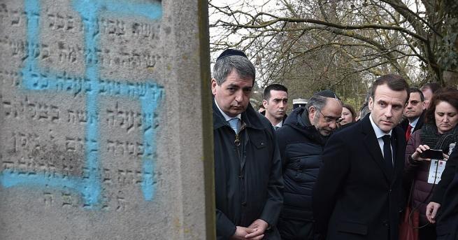 Вандали изрисуваха свастики на над 80 гроба в еврейско гробище